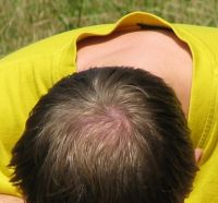 S delšími vlasy